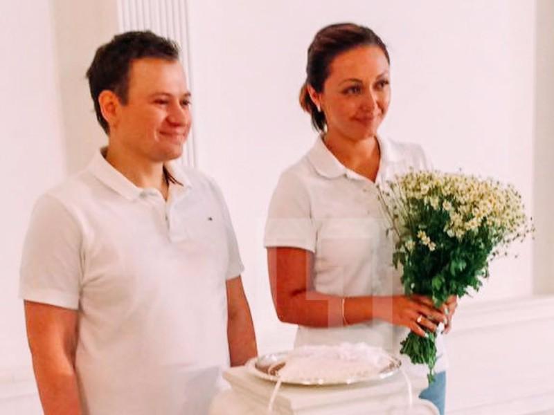 Победивший рак актер из «Универа» женился на студентке