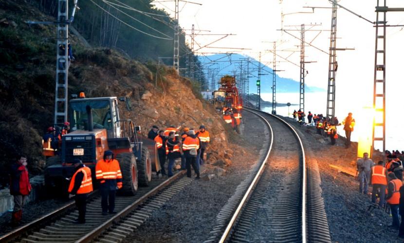 Впроцессе ремонта размытых дождем путей наСахалине умер железнодорожник