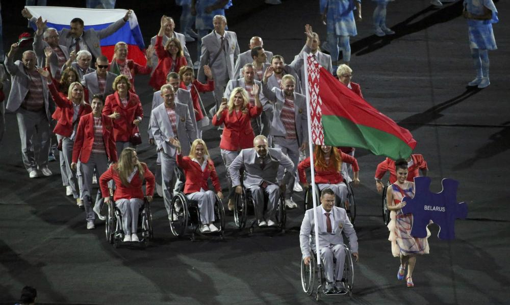 Смелый жест дружбы: белорусы пронесли флаг России на церемонии открытия Паралимпиады в Рио