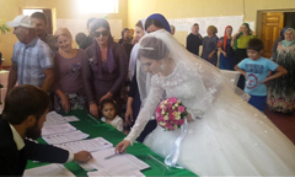 В Чечне отдавшие голоса невесты получают цветы в честь женского праздника