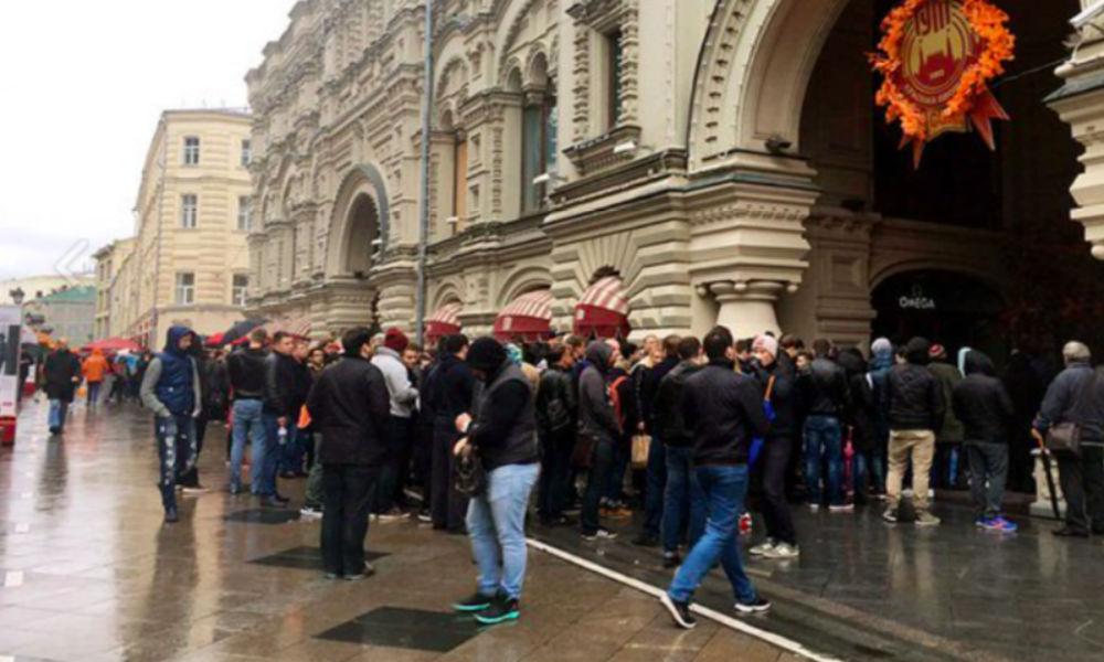 Несмотря на дождь: огромная очередь за новым iPhone образовалась в центре Москвы