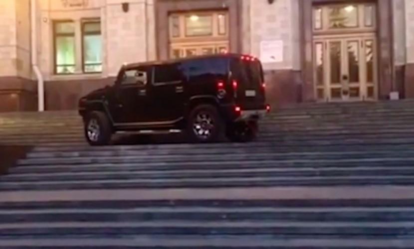 Милиция проверяет видеоролик с джипом Hammer, катающимся поступеням высотки МГУ