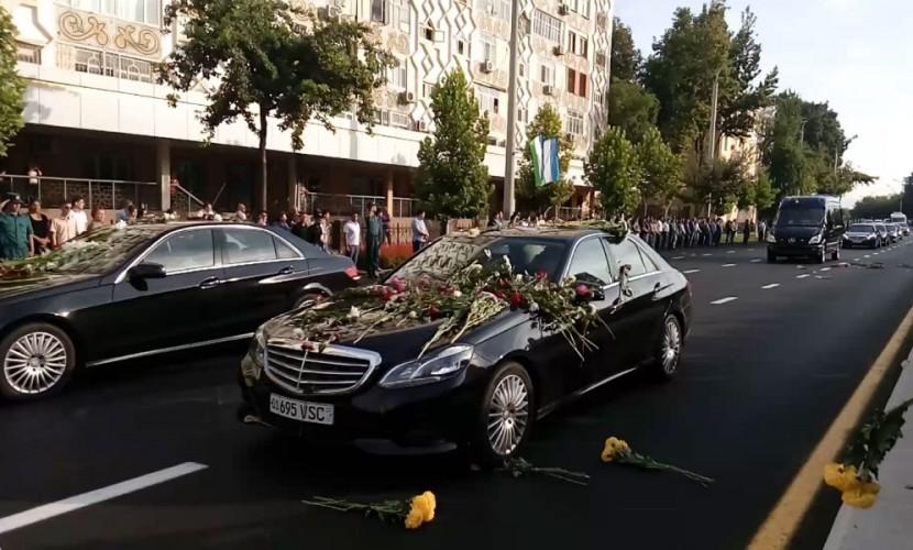 «Он дал нам мир и стабильность»: плачущие жители Ташкента засыпали цветами похоронный кортеж Каримова