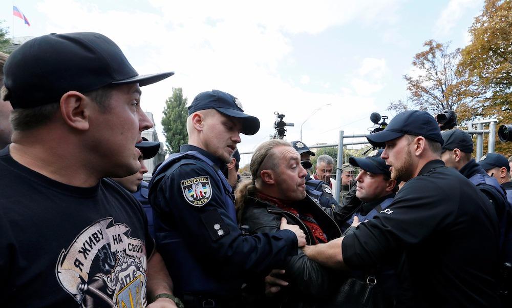 Участники акции протеста у посольства РФ в Киеве попытались снести забор и помешать голосованию