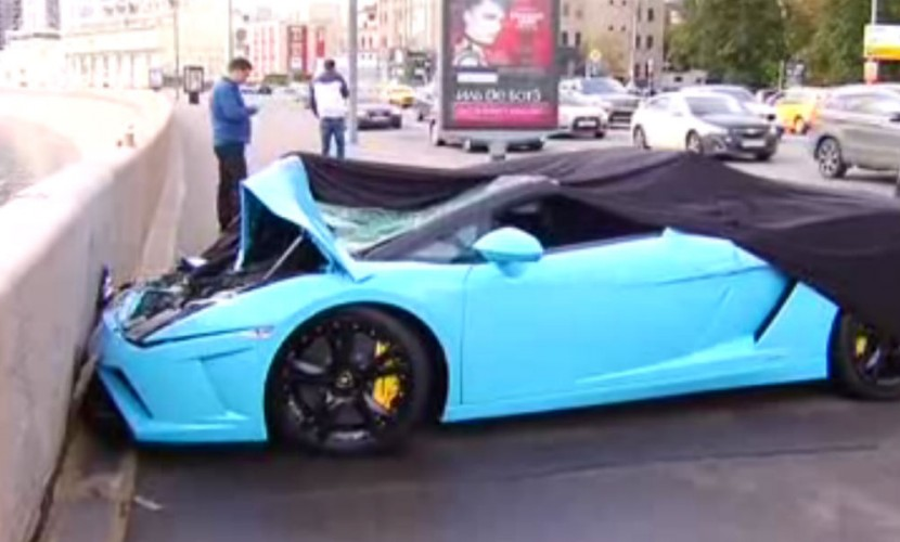 Вцентральной части Москвы Lamborghini без номеров врезался вотбойник