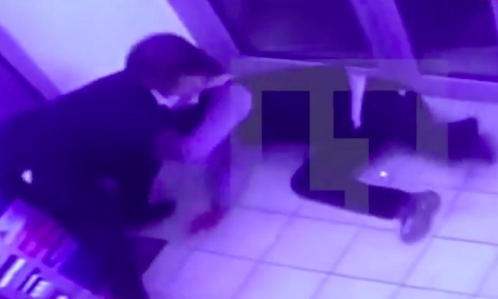 Опубликовано видео жестокого избиения мужчины охранником магазина в подмосковном Домодедове