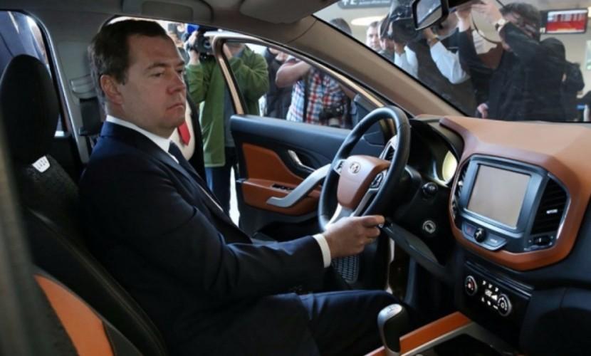 Для сохранения достижений мы продолжим поддержку российского автопрома, - Медведев