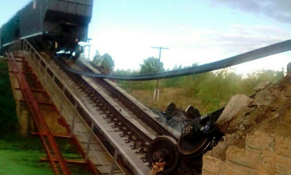 Восемь вагонов упали в реку после неожиданного обрушения железнодорожного моста под Саратовом