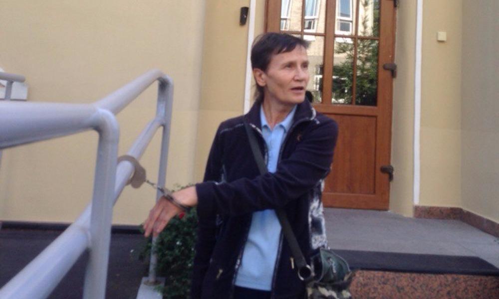 Жительница Омска в знак протеста приковала себя наручниками к приемной президента