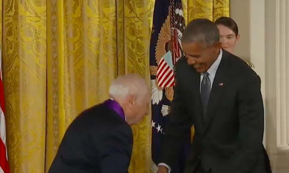 Реакция Обамы на попытку продюсера снять с него штаны попала на видео