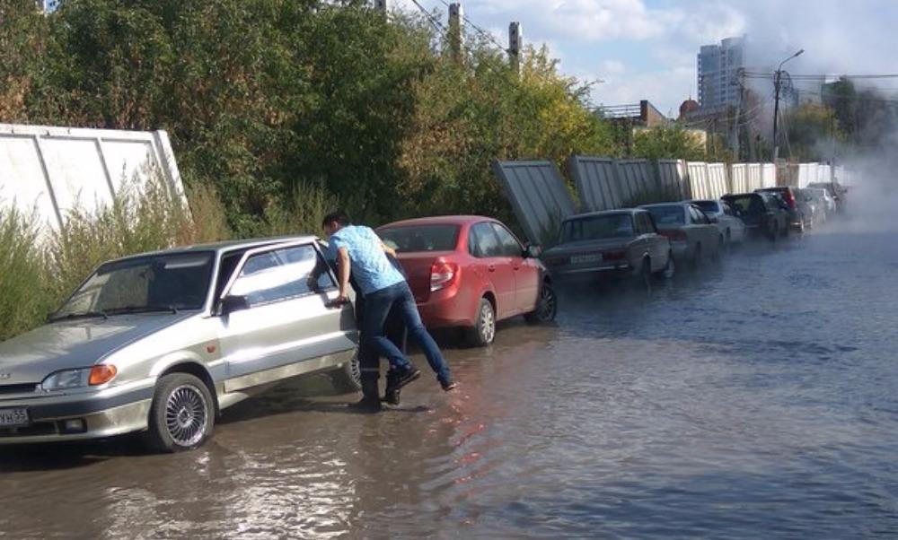 Бьющий из-под земли фонтан кипятка в центре Омска взбудоражил жителей и испортил их машины