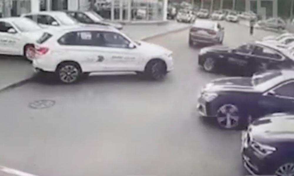 Угнать за 100 секунд: дерзкая кража четырех BMW из автосалона в Петербурге попала на видео