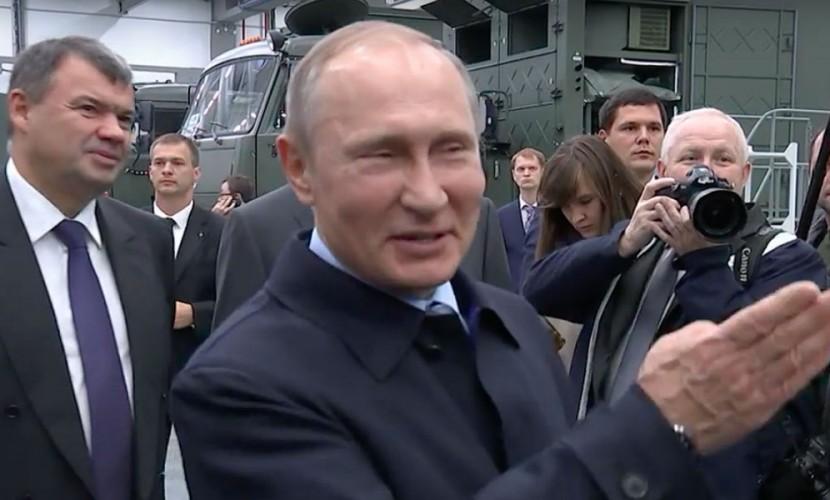 Путин пошутил над рабочим оружейного завода: «Чего такой серьезный?»