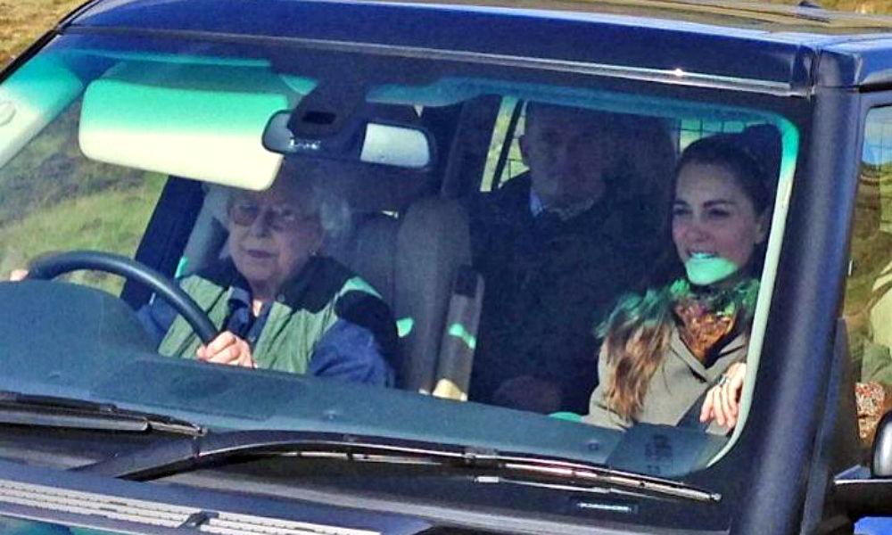 Королева Британии в 90 лет прокатилась с ветерком на внедорожнике