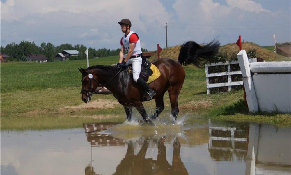 Российский спортсмен-троеборец Никита Сотсков погиб при падении с лошади на соревнованиях в Белоруссии