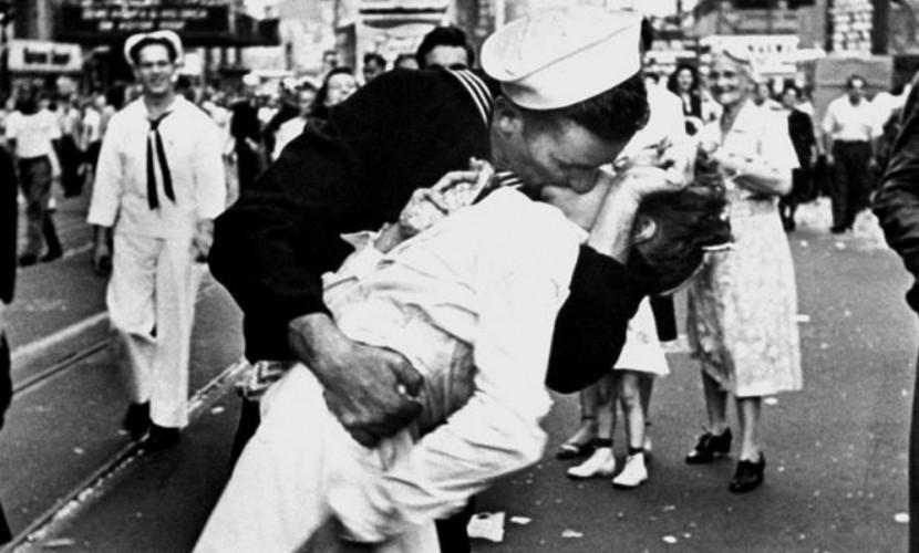 В США умерла медсестра с легендарной фотографии «Поцелуй на Таймс-сквер»