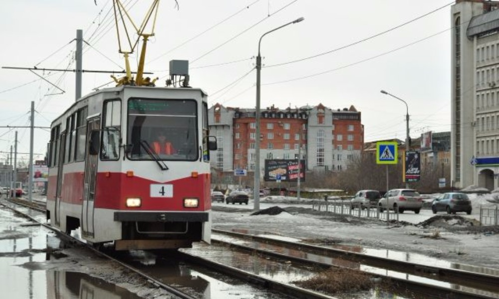 Трамвай сбил увлеченную смартфоном женщину в Казани