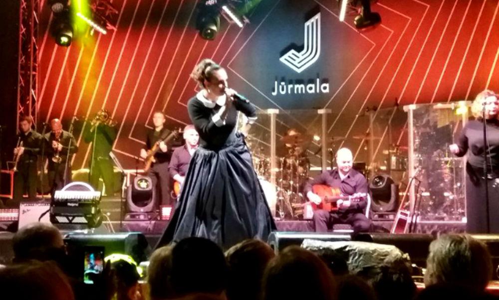 Скандал на концерте Елены Ваенги в Юрмале с брошенной в певицу колбасой попал на видео