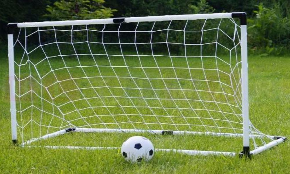 Иркутский школьник уронил на себя футбольные ворота и попал в реанимацию