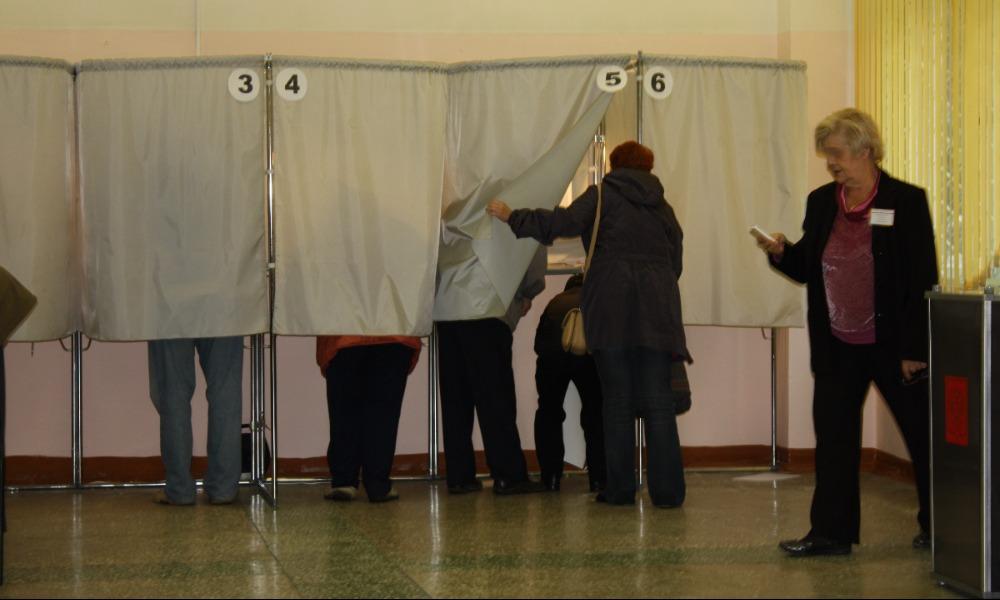 Избирателей искушали деньгами из стоящих у места голосования автомобилей в Свердловской области