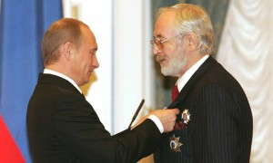 Путин наградил орденами легендарного «английского сыщика» и культового сербского режиссера