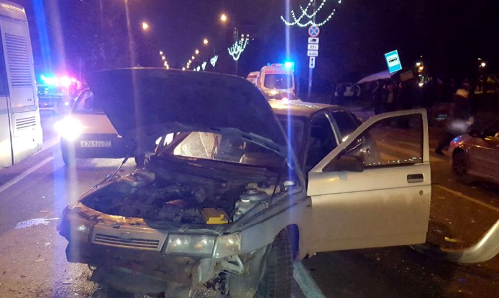 Две женщины-пассажирки и пешеход экстренно госпитализированы после ДТП с автобусной остановкой в Москве