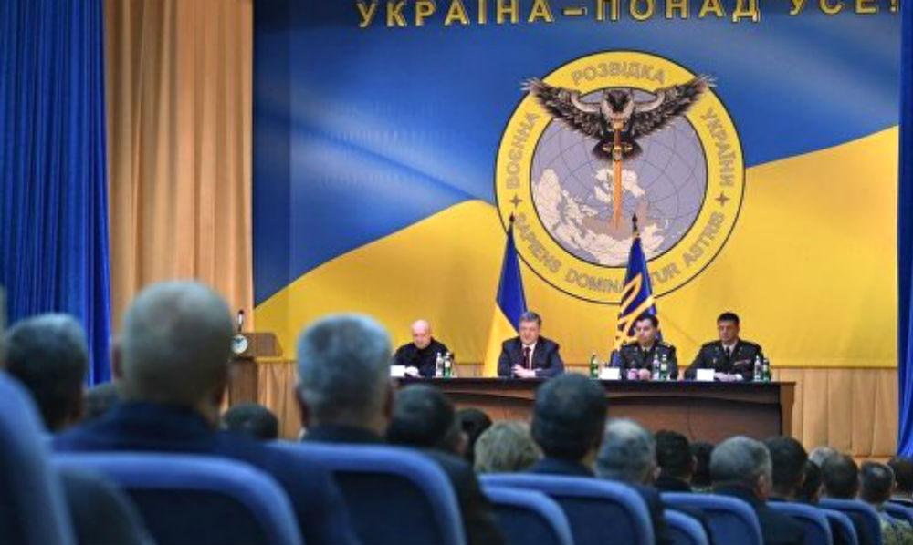 Порошенко показал эмблему украинской разведки с нападающей на Россию совой