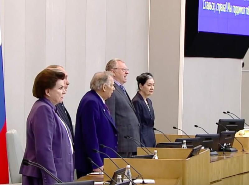 Гимн на первом заседании Госдумы дружно спели только члены ЛДПР, но Жириновский подглядывал в шпаргалку