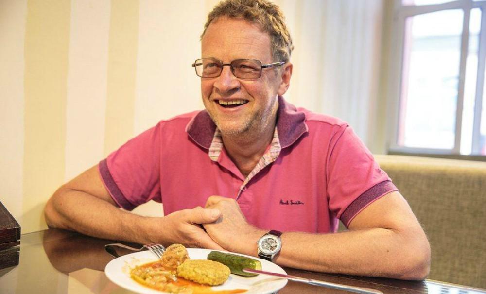 Известный ресторанный критик пообещал съесть шаурму с грязного пола в честь закрытия «Ревизорро»