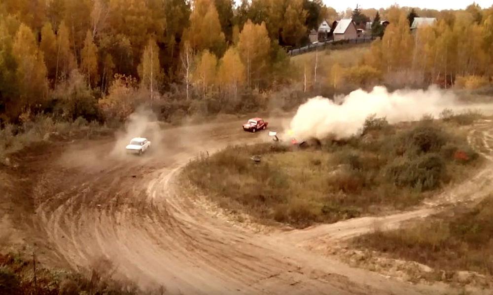 На гонках в Омске раллийный автомобиль снес судейскую вышку с людьми