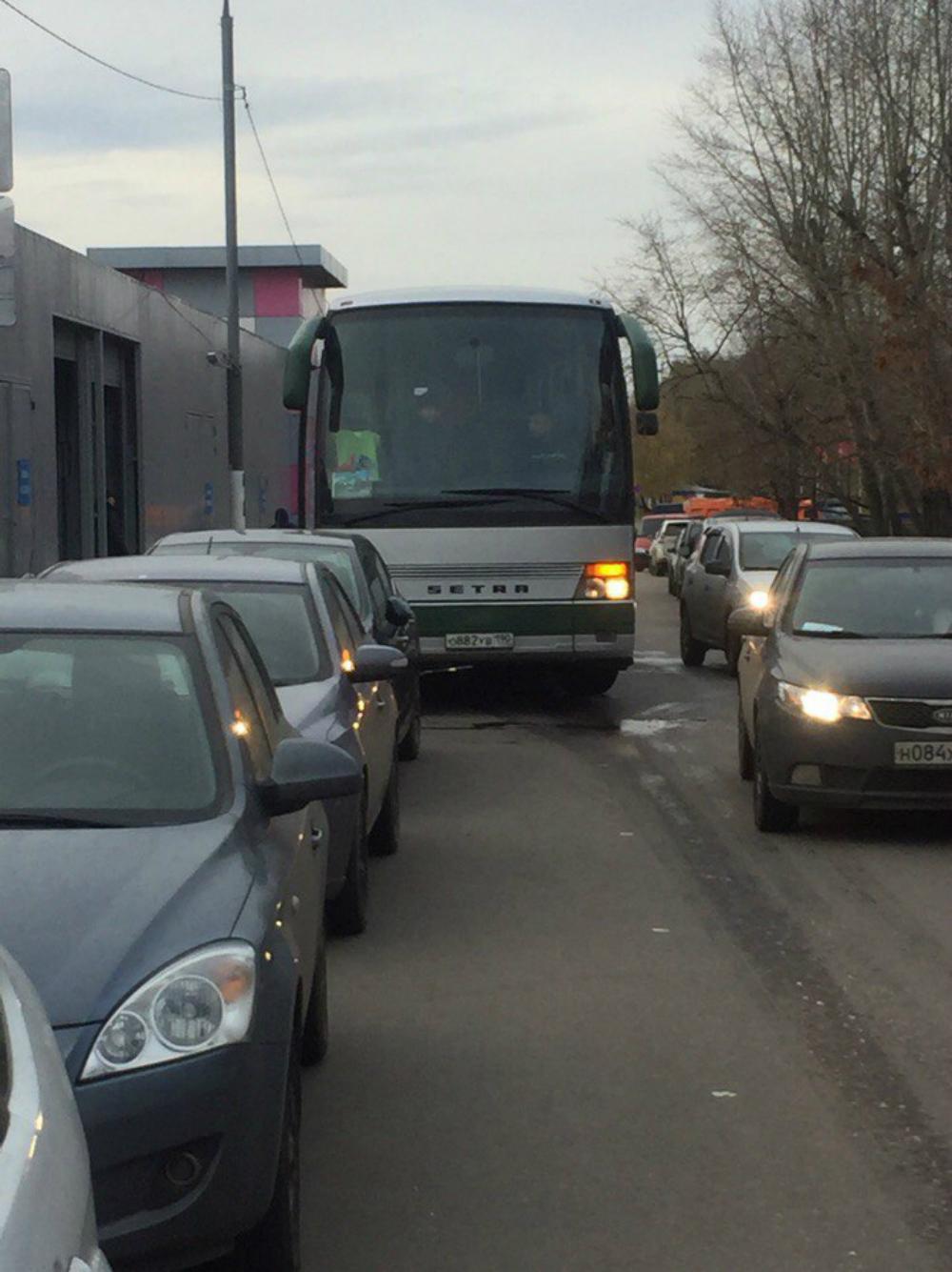 Автобус, на котором приехали погромщики