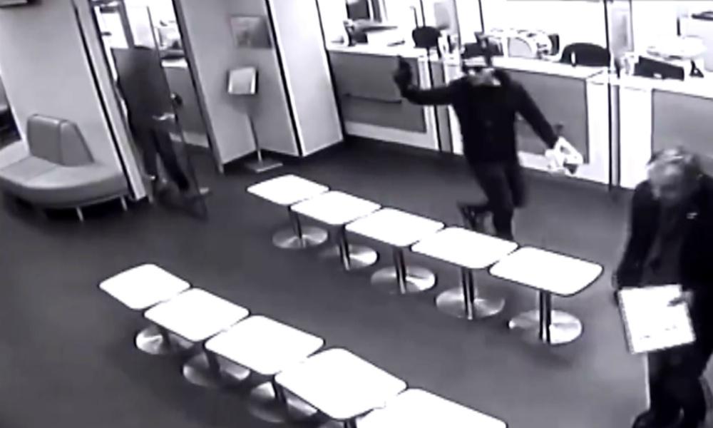 Вооруженное ограбление Сбербанка в Санкт-Петербурге попало на видео
