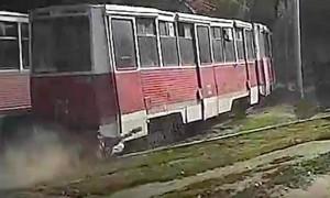 Жуткий проезд трамвая с зацепившимся человеком по Саратову попал на видео
