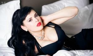 Пышногрудая оперная звезда из Италии предложила себя в жены Путину на Красной площади