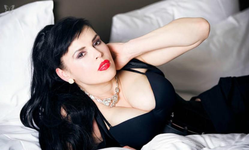 Оперная эстрадная певица изИталии голышом призналась Путину в симпатии наКрасной площади