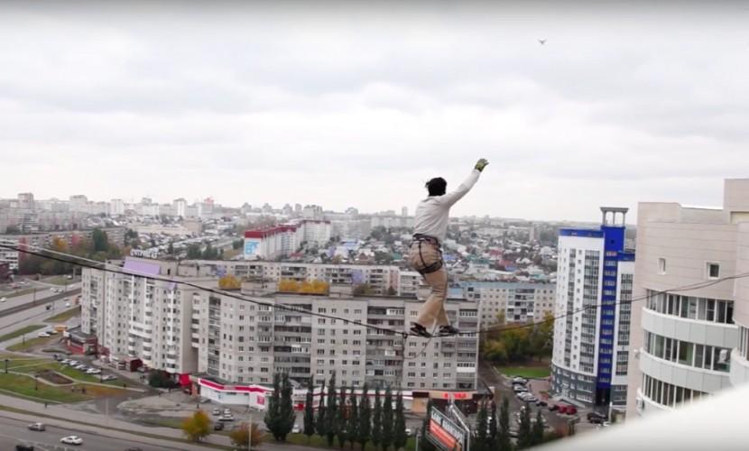 Рискованный проход экстремала по стропе между 16-этажными зданиями в Барнауле попал на видео