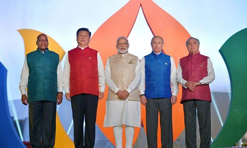 Лидеры стран БРИКС нарядились для фотосессии в национальную индийскую одежду