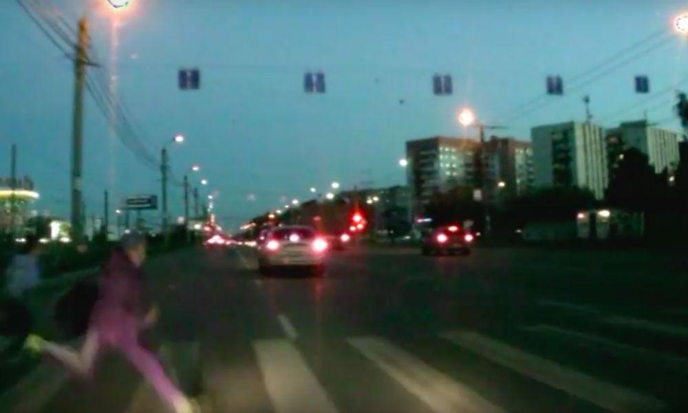 """Наезд водителя иномарки на бежавших по """"зебре"""" детей в Челябинске попал на видео"""