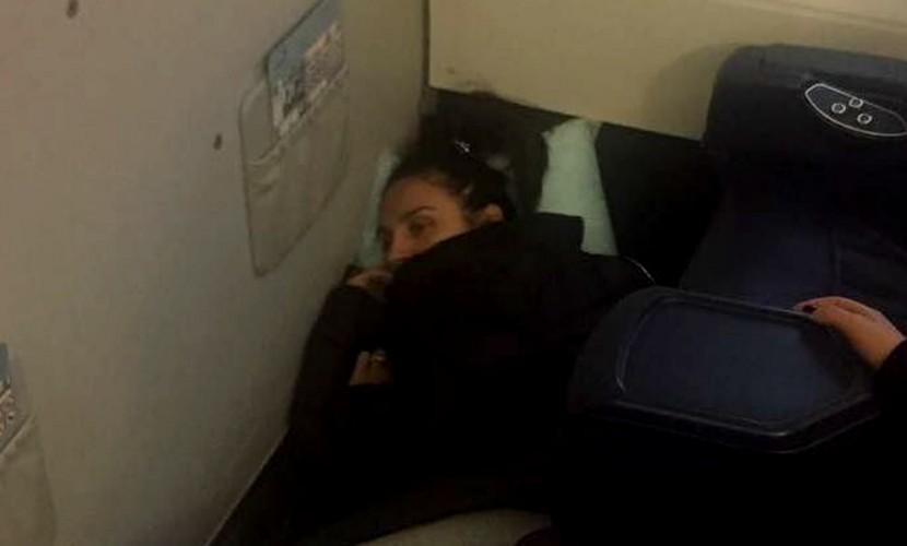 Измученная гастролями Елена Ваенга упала без чувств на борту самолета над Сахалином