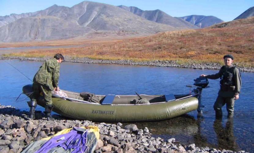 Рыбак умер при столкновении баржи инадувной лодки под Красноярском