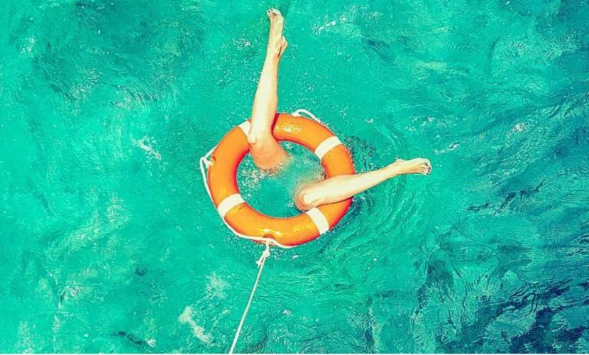 Полина Гагарина после приказа мужа весело показала на Мальдивах обнаженные ноги