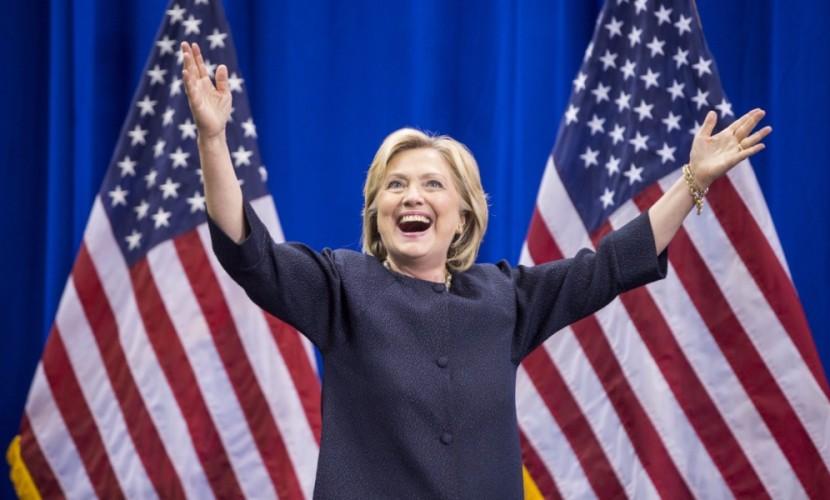 Ассистенты Клинтон говорят ей, когда нужно улыбаться