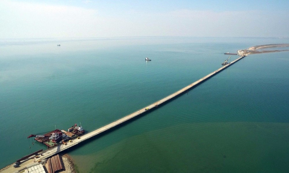 Строители уложили первые плиты автомобильной дороги Керченского моста в направлении Крыма