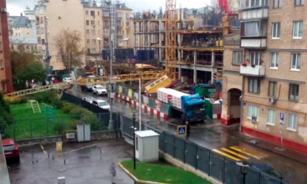 Опубликованы фото с места падения строительного крана на детский сад в центре Москвы