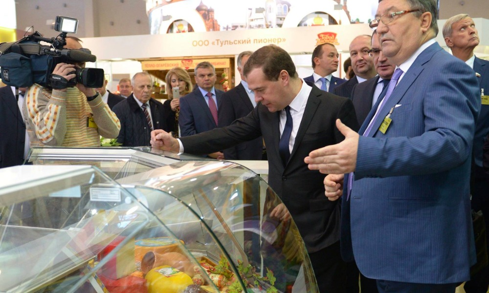 Медведева удивили угличским угуртом и угостили мордовским пармезаном на выставке в Москве