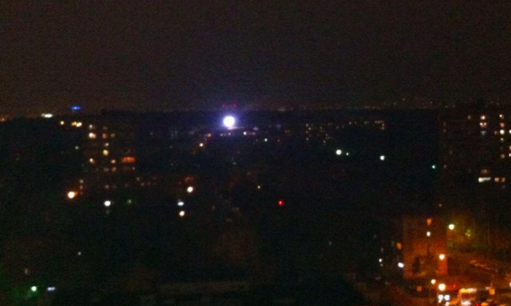 Круглый светящийся НЛО пролетел над жилыми домами в Москве и попал на видео