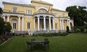 Активисты партии Лимонова закидали файерами московскую резиденцию посла США в особняке Второва