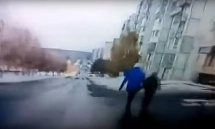 Регистратор снял наезд нетрезвого водителя набабушку с сыном