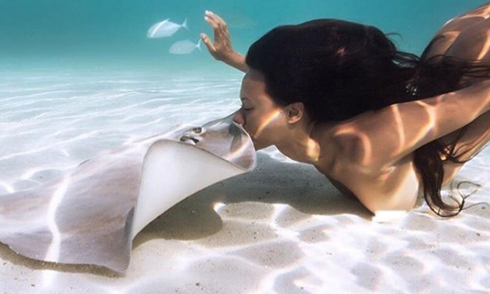 Обнаженная красавица-модель показала на чувственных фото и видео интимные игры со скатами на Таити