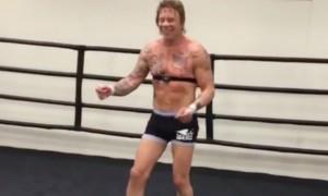 Не верю: фанат России Микки Рурк сплясал на боксерском ринге под хит Евгения Осина